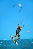 konkurrensar som dyker pölsportar som simmar vatten Kiteboarding Kitesurfing i havet extrem sport Royaltyfria Bilder