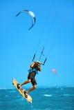 konkurrensar som dyker pölsportar som simmar vatten Kiteboarding Kitesurfing i havet extrem sport Royaltyfri Bild