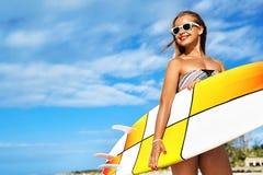 konkurrensar som dyker pölsportar som simmar vatten surfa Kvinna med surfingbrädan på semestrar för sommarferier Royaltyfria Bilder