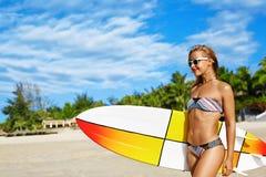 konkurrensar som dyker pölsportar som simmar vatten surfa Kvinna med surfingbrädan på semestrar för sommarferier Arkivfoto