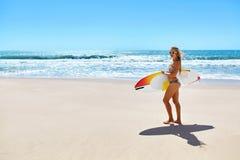 konkurrensar som dyker pölsportar som simmar vatten surfa Kvinna med surfingbrädan på semestrar för sommarferier Arkivbild