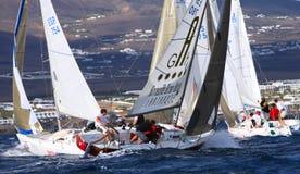 Konkurrensar som kryssar omkring racen J80 Royaltyfria Foton