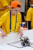 Konkurrenser av robotar bland skolastudenter Royaltyfri Bild