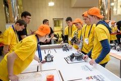 Konkurrenser av robotar bland skolastudenter Arkivfoto