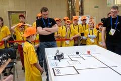 Konkurrenser av robotar bland skolastudenter Arkivbild