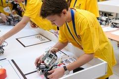 Konkurrenser av robotar bland skolastudenter Royaltyfria Foton
