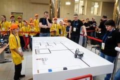 Konkurrenser av robotar bland skolastudenter Royaltyfri Foto
