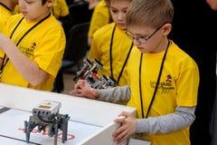 Konkurrenser av robotar bland skolastudenter Royaltyfria Bilder