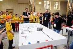Konkurrenser av robotar bland skolastudenter Arkivfoton