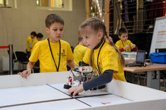 Konkurrenser av robotar bland skolastudenter Fotografering för Bildbyråer