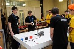 Konkurrenser av robotar bland skolastudenter Royaltyfri Fotografi