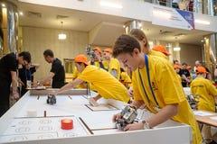 Konkurrenser av robotar bland skolastudenter Arkivbilder