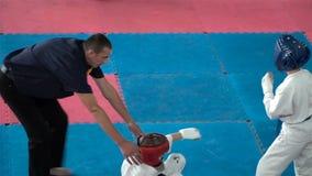 Konkurrenser för barn` s i kampsporter lager videofilmer