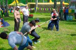 Konkurrenser i dragkamp bland män Royaltyfri Foto