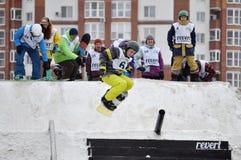 Konkurrenser i en snowboard nära köpcentret Favorit, Tyumen Arkivbild