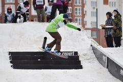 Konkurrenser i en snowboard nära köpcentret Favorit, Tyumen Arkivfoton
