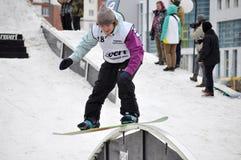 Konkurrenser i en snowboard nära köpcentret Favorit, Tyumen Arkivbilder