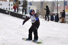 Konkurrenser i en snowboard nära köpcentret Favorit, Tyumen Royaltyfria Bilder
