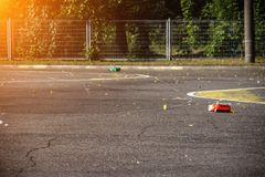 Konkurrenser på auto sport på radion, två bilar på radion går på en asfaltväg, solen, hastighet royaltyfria bilder