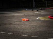 Konkurrenser på sport för bilradio på radion, bilen på radion på den hög hastigheten kör på en asfaltväg som Radio-kontrolleras royaltyfri fotografi