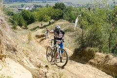 Konkurrent, der sein Fahrrad auf einem H?gel dr?ckt lizenzfreies stockbild