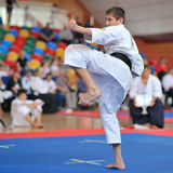 Konkurrentdeltagande på karatehändelsen royaltyfria bilder