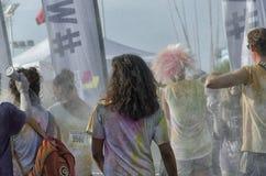 Konkurrenten der Farbe lassen schmutziges aber glückliches laufen Lizenzfreies Stockfoto