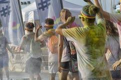 Konkurrenten der Farbe lassen schmutziges mit Funkeln aber glückliches laufen Stockbild