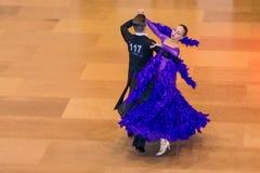 Konkurrenten, die langsamen Walzer auf der Tanzeroberung tanzen Lizenzfreie Stockfotos
