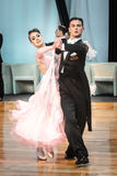 Konkurrenten, die langsamen Walzer oder Tango tanzen Stockfotografie