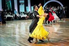 Konkurrenten, die langsamen Walzer oder Tango tanzen Lizenzfreies Stockfoto