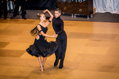 Konkurrenten, die lateinischen Tanz auf der Eroberung tanzen Lizenzfreies Stockbild