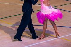 Konkurrenten, die lateinischen Tanz auf der Eroberung tanzen lizenzfreie stockbilder