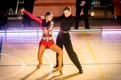 Konkurrenten, die lateinischen Tanz auf der Eroberung tanzen Lizenzfreie Stockfotos