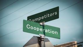 Konkurrenter f?r samarbete f?r gatatecken kontra arkivbild