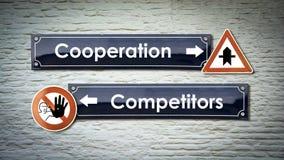 Konkurrenter f?r samarbete f?r gatatecken kontra royaltyfria bilder