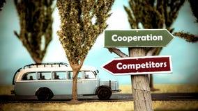 Konkurrenter f?r samarbete f?r gatatecken kontra arkivfoto