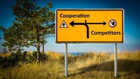 Konkurrenter f?r samarbete f?r gatatecken kontra stock illustrationer