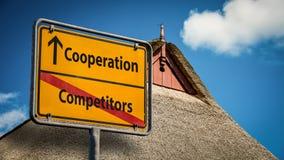 Konkurrenter f?r samarbete f?r gatatecken kontra royaltyfria foton