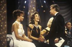 Konkurrenter i 1994 fröcken America Pageant Being som hälsas av Regis Philbin, Atlantic City som är nytt - ärmlös tröja royaltyfri foto