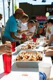 Konkurrenter konkurrerar i varmkorven som äter strid arkivfoto