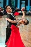 Konkurrenter som dansar den långsam valsen eller tango Fotografering för Bildbyråer