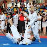Konkurrenter som deltar i den europeiska karatemästerskapet arkivbilder
