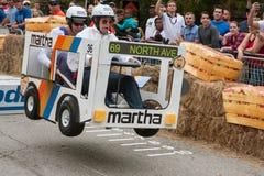 Konkurrenter som springer bussmedlet, får luftburna på tvålaskderbyt royaltyfria bilder