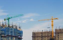 Konkurrenz des Aufbauens durch Kräne Lizenzfreie Stockfotos
