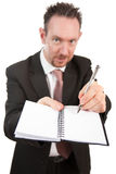Konkurrenzfähiger Geschäftsmann mit Notizbuch und Feder Lizenzfreies Stockfoto