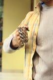 Konkurrenzfähiger junger Mann mit der Kette eingewickelt auf Handgelenk lizenzfreies stockfoto
