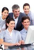 Konkurrierende Geschäftsgruppe, die an einem Computer arbeitet lizenzfreie stockfotos