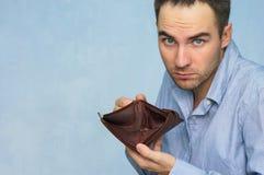 Konkurs - affärsperson som rymmer en tom plånbok Arkivfoto