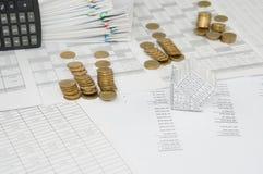 Konkurs av huset och högen av kullkastande för guld- mynt Royaltyfri Fotografi